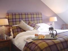 Kingsize bed in main bedroom