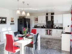 Spacious contemporary kitchen